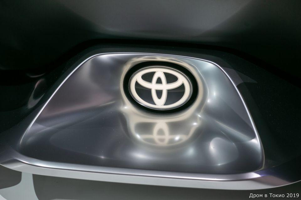 Эмблема Toyota на концепте e-Racer.