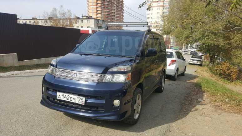 Toyota Voxy, 2005 год, 525 000 руб.
