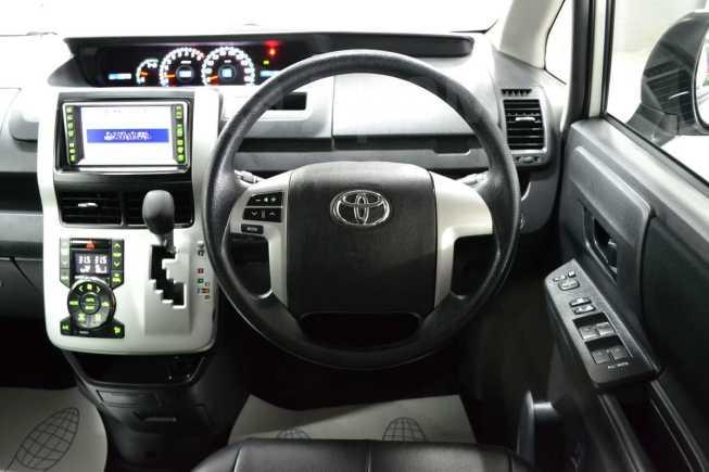 Toyota Voxy, 2013 год, 950 000 руб.