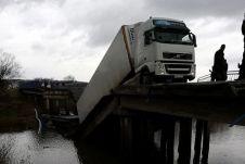 По данным следствия, водитель видел стоявший перед мостом дорожный знак ограничения разрешенной максимальной массы до 20 тонн. Теперь дальнобойщику грозит лишение свободы на срок до семи лет.