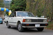 Четырехдверный хардтоп Nissan Cedric в 430-м кузове, выпуск 1982 года. Это пятое поколение Cedric, брат-близнец Nissan Gloria 6-го поколения. Первый японский автомобиль, на который установили турбонагнетатель.