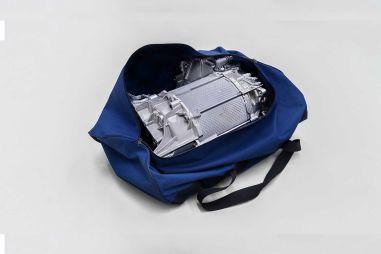 Двигатель серийного электрокара Volkswagen ID.3 умещается в спортивной сумке