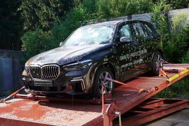 BMW высмеяла фейл Теслы со стеклами Cybertruck в рекламе пуленепробиваемого X5