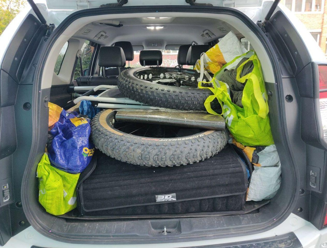 Велы наверху, передние колеса и стремянка в багажнике.