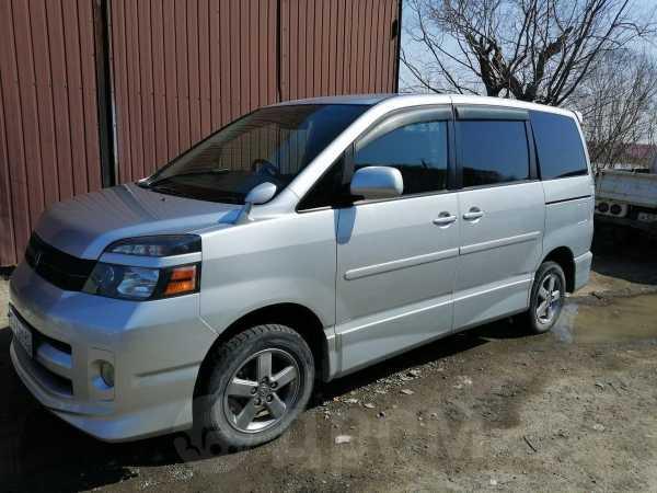 Toyota Voxy, 2005 год, 735 000 руб.