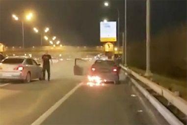 ВИДЕО: на МКАДе остановили горящую машину с пьяной девушкой за рулем