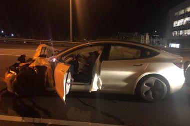 В США Tesla Model 3 в режиме автопилота протаранила припаркованную полицейскую машину