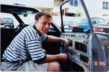 Мама Илона Маска показала, как ее сын чинил старый BMW