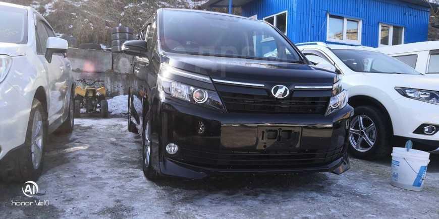 Toyota Voxy, 2014 год, 1 140 000 руб.