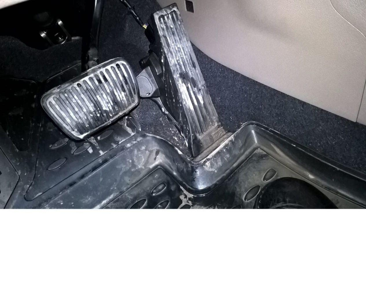 Коврик не защищает на новой машине от грязи. Напольная педаль это грязь на ворсе.