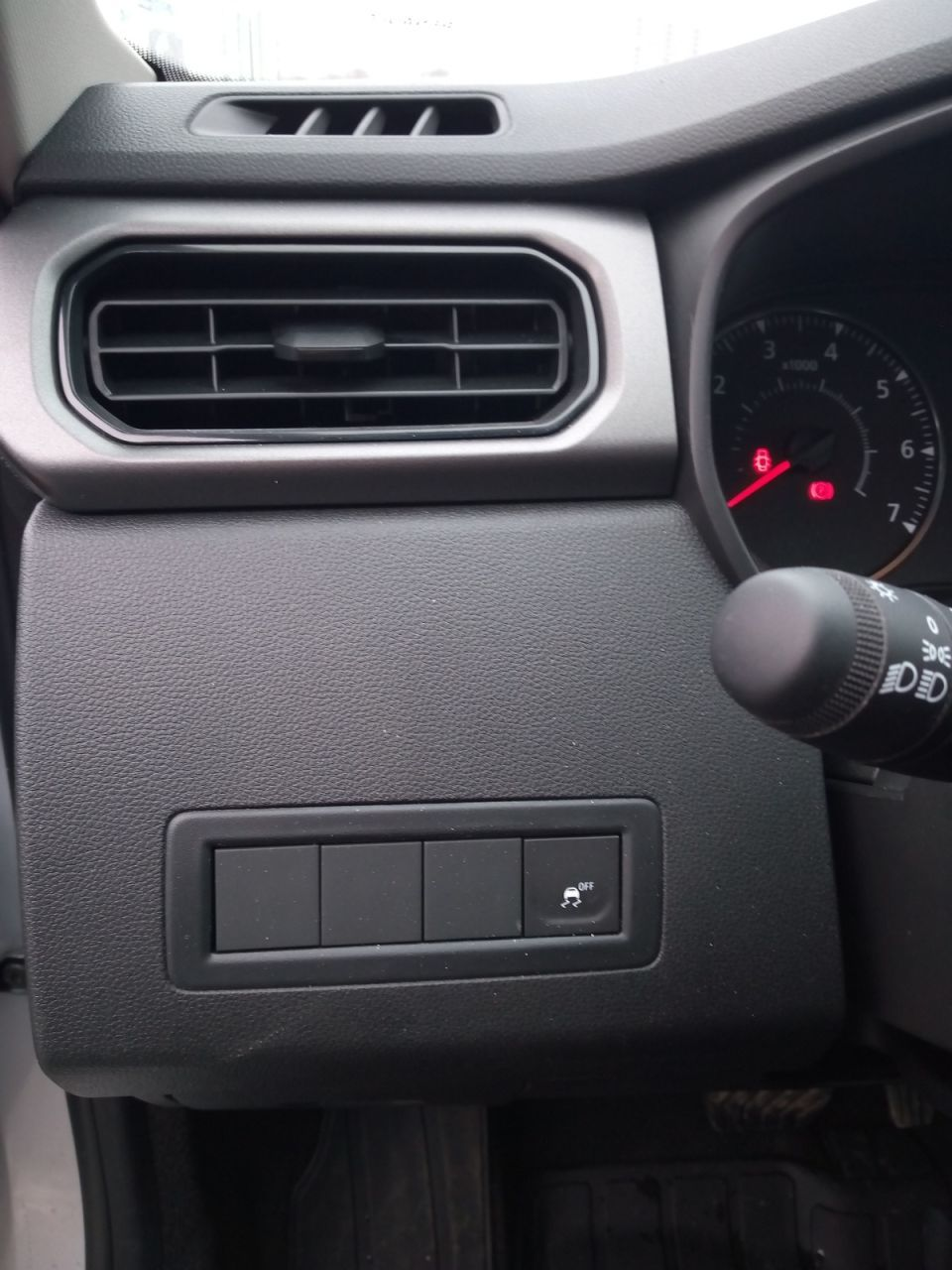 Из 4 кнопок активна только одна - отключение ESP. Признак бедной комплектации.