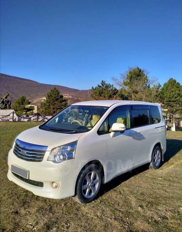 Toyota Noah, 2010 год, 860 000 руб.