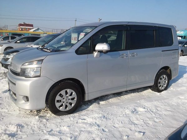 Toyota Voxy, 2012 год, 985 000 руб.