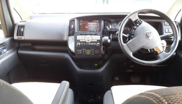 Nissan Serena, 2010 год, 725 000 руб.