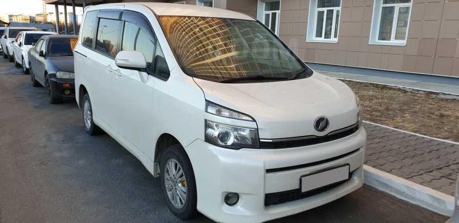 Toyota Voxy, 2011 год, 780 000 руб.