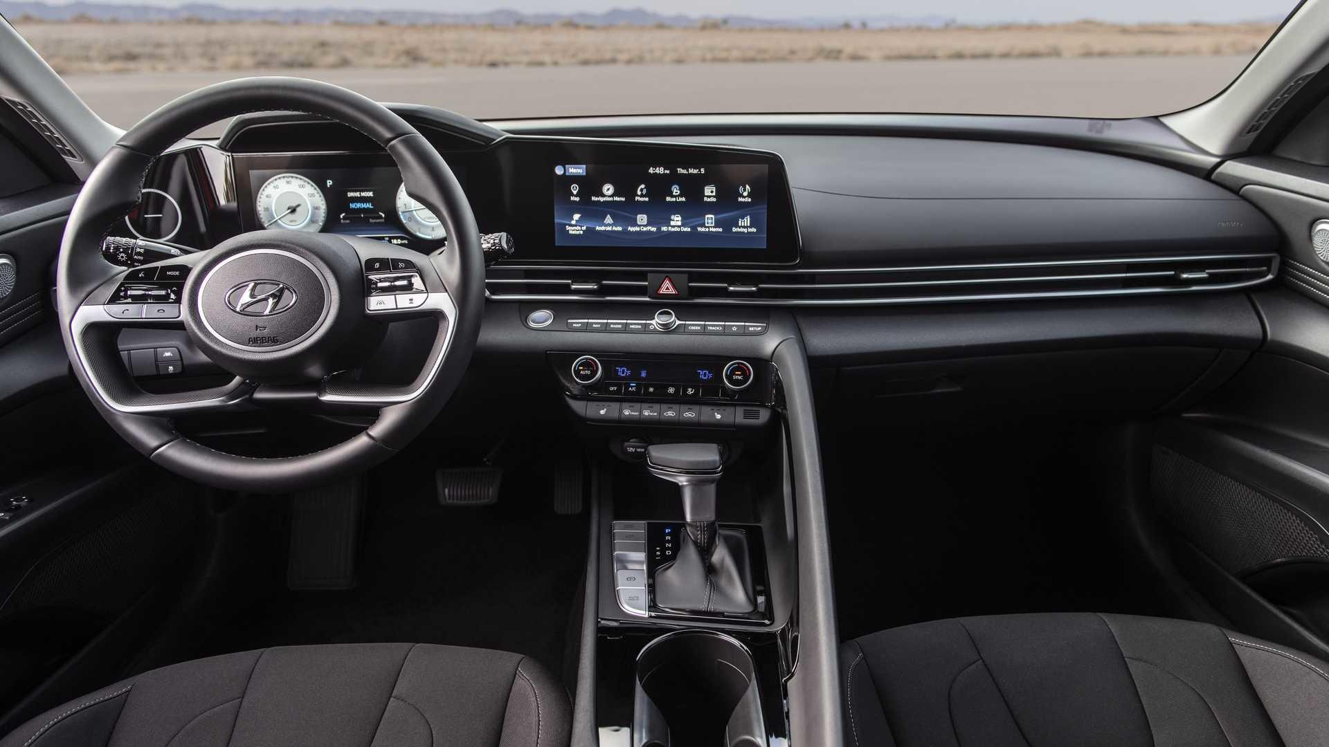 Новое поколение Hyundai Elantra кардинально сменило стиль