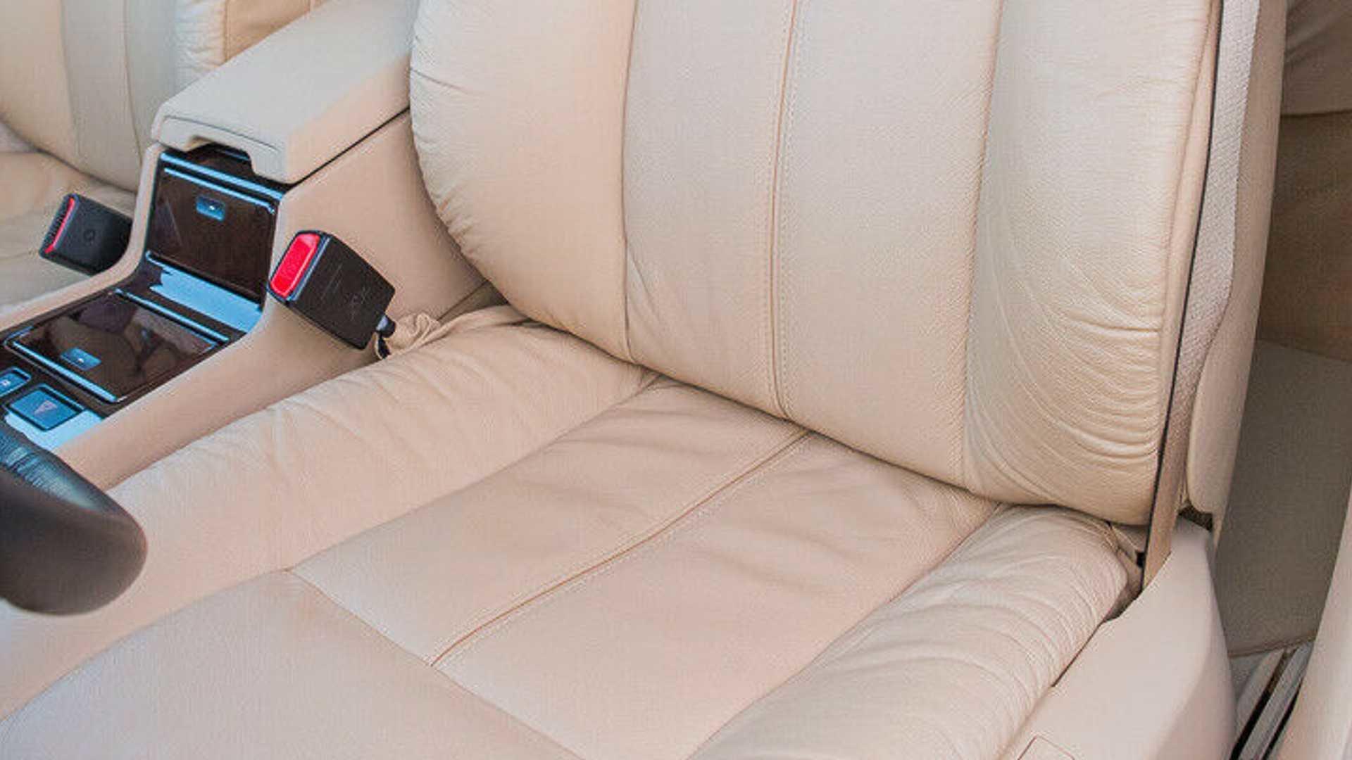 Поляк 20 лет хранил BMW E38 под пластиковым колпаком (а теперь продает)