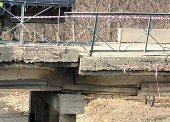 Из-за повреждения одной из опор произошло проседание дорожного полотна. В планах на этот год — начать строительство нового моста.
