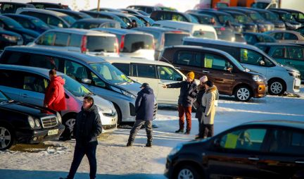 Половина россиян отложили покупку машины из-за скачка курса доллара