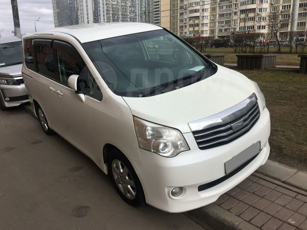 Toyota Noah, 2010 год, 699 000 руб.