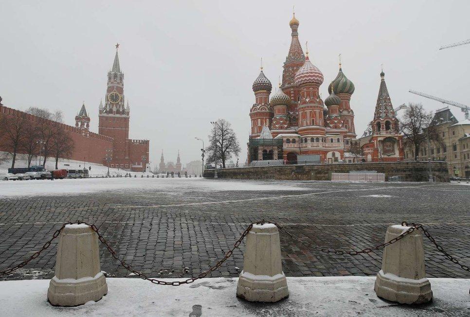 Спасская башня рядом с Московским Кремлем и собор Василия Блаженного в Москве, Россия