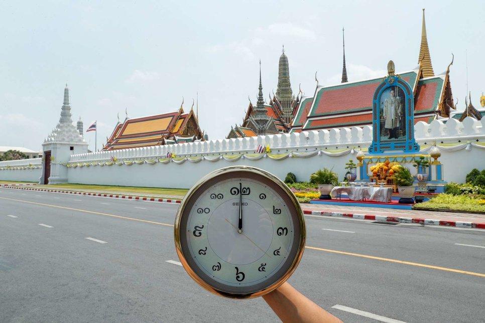 Wat Phra Si Rattana Satsadaram (Храм Изумрудного Будды, также известный как Большой дворец) закрыт для посетителей рядом с пустой дорогой в Бангкоке, Таиланд