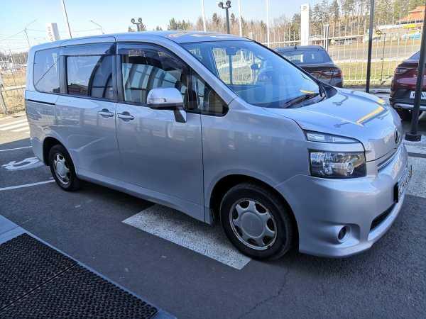 Toyota Voxy, 2009 год, 789 000 руб.