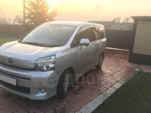 Toyota Voxy, 2011 год, 910 000 руб.