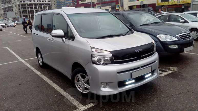 Toyota Voxy, 2013 год, 760 000 руб.