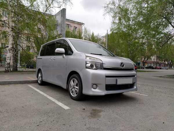 Toyota Voxy, 2010 год, 949 000 руб.