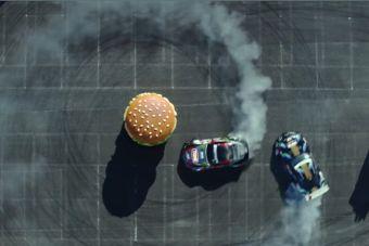 ВИДЕО: Тойоты дрифтят вокруг огромного бургера
