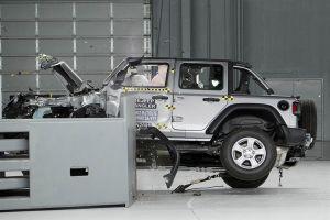 Jeep Wrangler умудрился перевернуться во время лобового краш-теста (ВИДЕО)