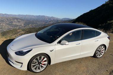 Владелец Tesla Model 3 запер угонщика в своем автомобиле с помощью мобильного приложения