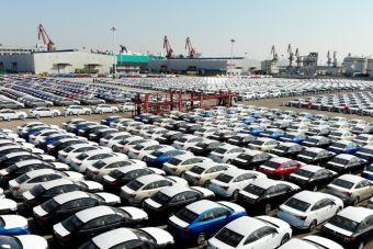 Мировые продажи машин обвалились почти вдвое