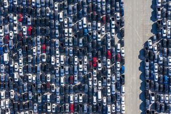 Тойоте приходится хранить новые авто на стадионах (ФОТО)
