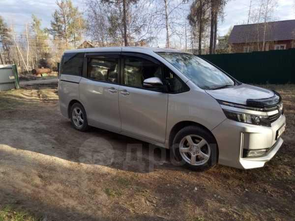 Toyota Voxy, 2014 год, 1 000 000 руб.