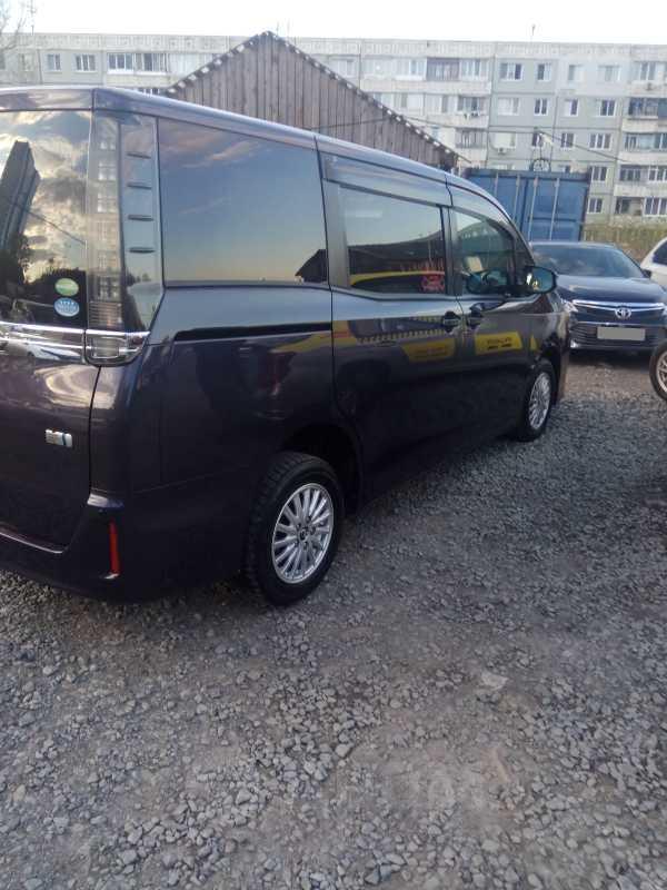Toyota Voxy, 2014 год, 1 120 000 руб.