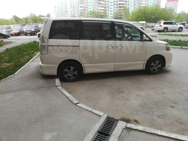 Toyota Voxy, 2005 год, 395 000 руб.