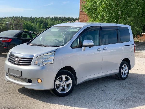Toyota Noah, 2010 год, 815 000 руб.