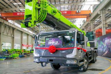 В Китае создали первый в мире полностью электрический автокран