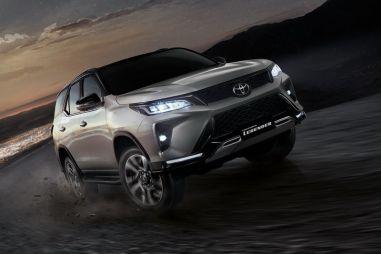Внедорожник Toyota Fortuner получил новое «лицо» одновременно с Hilux