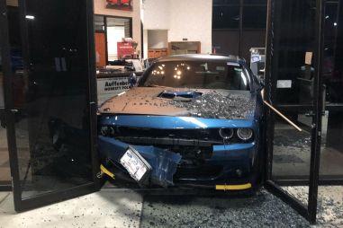 Редкий Dodge Challenger отказался «угоняться», застряв в дверях автосалона