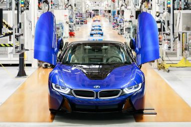 BMW выпустила последний экземпляр гибридного спорткара i8
