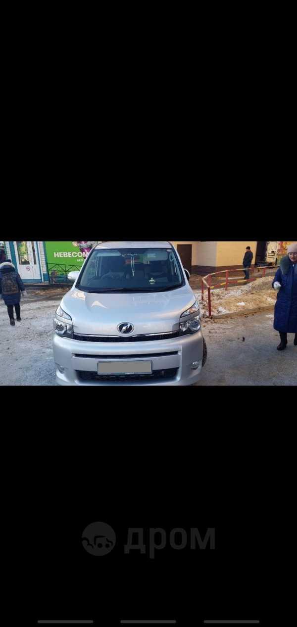 Toyota Voxy, 2013 год, 980 000 руб.