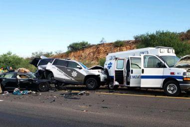 Тесла на автопилоте врезалась в полицейскую машину и скорую помощь (ФОТО)
