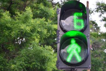 Зеленый сигнал светофора можно будет продлить через мобильное приложение