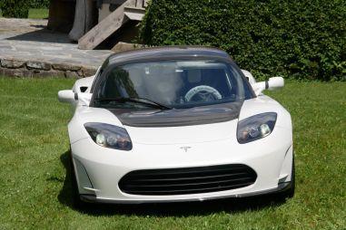 Последний экземпляр Tesla Roadster продают за невероятную сумму