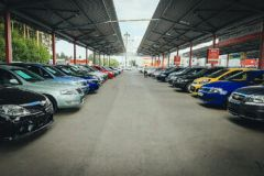 Авторынок Екатеринбурга: дефицит новых автомобилей приводит покупателей к «бэушкам»