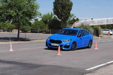 Рулится хуже, чем кроссоверы: BMW M235i с треском провалил «лосиный тест» (ВИДЕО)