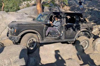 Новый Ford Bronco готов терпеть издевательства тяжелым бездорожьем (ВИДЕО)
